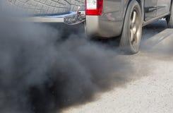 Luftverschmutzung vom Fahrzeug auf Straße Stockbild