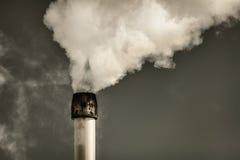 Luftverschmutzung von einem Fabrikrohr stockbild