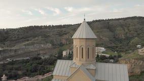 Luftvideo Alte Tiflis-Mitte von oben Draufsicht des Brummens über historische Kirche Die Narikala-Festung fing vorbei stock video footage