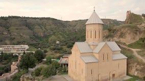 Luftvideo Alte Tiflis-Mitte von oben Draufsicht des Brummens über historisches Teil der Stadt Die Narikala-Festung fing vorbei stock video footage