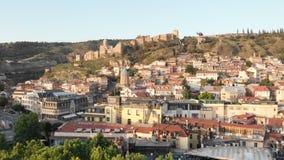Luftvideo Alte Tiflis-Mitte von oben Draufsicht des Brummens ?ber historisches Teil der Stadt stockfotografie