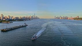 Luftvideo des Bootes in Hudson River, New York, USA stock video footage