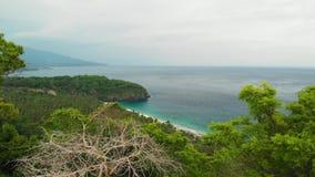 Luftvideo des brummens 4K der Frau auf dem Rand Tropischer Strand, Berg, Reisekonzept Bali-Insel lizenzfreie stockbilder