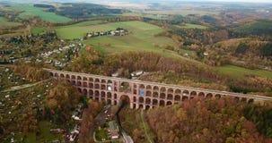 Luftvideo des Goeltzschtalbruecke im Anziehungskraftmarkstein Netzschkau Vogtland Deutschland stock footage