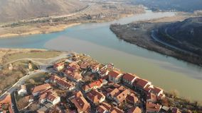 Luftvideo 4K von zweifarbigen Flüssen auf der Grenze von Georgia, Mtskheta stock video