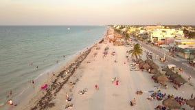 Luftvideo mit Brummen über dem Strand mit Leuten in den Ferien stock video footage