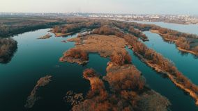 Luftvideo, riveraerial Video, Ansicht des Flusses im Sonnenuntergang stock footage