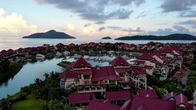 Luftvideo vom Brummen auf der Insel von Mahe stock footage