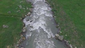 Luftvideo vom oben genannten Gebirgsfluss, Georgia stock footage