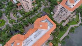 Luftvideo von Gebäuden und von Golfplatz stock footage