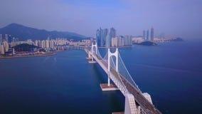 Luftvideo von Gwangan-Brücke und Gwangalli setzen in Busan, Südkorea auf den Strand stock footage