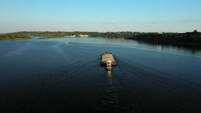 Luftvideoflussschieberboot, das Lastkahn mit trockener Fracht in der Mitte von Sommerfluß, Mitteleuropa transportiert stock video