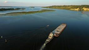 Luftvideoflussschieberboot, das Lastkahn mit trockener Fracht in der Mitte von Sommerfluß, Mitteleuropa transportiert stock video footage