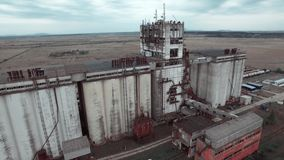 Luftvideography ist eine enorme alte Fabrik und die Felder stock video