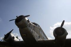 Luftwaffen, Flugzeuge, Geschichte, Fortschritt, Entwicklung Alte Fläche des strukturierten Schmutzes, Hintergrund des blauen Himm lizenzfreie stockfotos