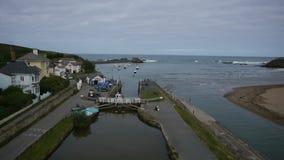 Luftwanne der Küstenstadt stock footage