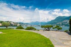 Lugano, Kanton Ticino, Zwitserland Oever van het meer en Meer Lugano op een mooie de zomerdag Royalty-vrije Stock Afbeelding