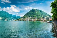Lugano, Kanton Ticino, Zwitserland Oever van het meer en Meer Lugano op een mooie de zomerdag Stock Fotografie