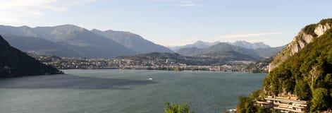 Lugano och sjö på den italienska delen av Schweiz Royaltyfria Foton