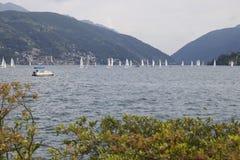 Lugano sjölandskap med det schweiziska berget i bakgrund och segelbåtar på sjön, Schweiz royaltyfri foto