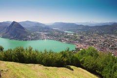 Lugano stad met de mening van meer Lugano en bergen Royalty-vrije Stock Afbeelding