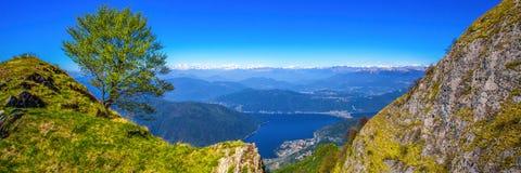 Lugano stad, San Salvatore berg och Lugano sjö från Monte Generoso, kanton Ticino, Schweiz royaltyfria foton