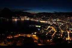 Lugano-Stadt bis zum Nacht lizenzfreies stockfoto