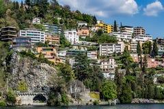 Lugano-Stadt vom See lizenzfreie stockfotografie