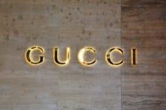 LUGANO, SUÍÇA - 27 DE NOVEMBRO DE 2017: sinal alargado de Gucci Gucci é uma forma italiana e os bens de couro marcam fundado por  imagens de stock