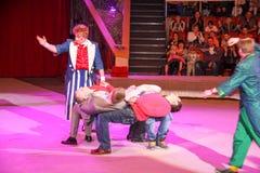 LUGANSK, DE OEKRAÏNE - APRIL 9, 2016: twee clowns in het circus die met kijkers werken royalty-vrije stock afbeeldingen