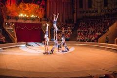 LUGANSK, DE OEKRAÏNE - APRIL 9, 2016: verscheidene acrobaten in een circus handelen royalty-vrije stock foto