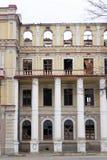 LUGANSK, UCRÂNIA - 25 DE MARÇO DE 2016: A construção destruída após um ataque de almofariz Imagens de Stock