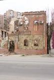 LUGANSK, UCRÂNIA - 25 DE MARÇO DE 2016: A construção destruída após um ataque de almofariz Imagem de Stock Royalty Free