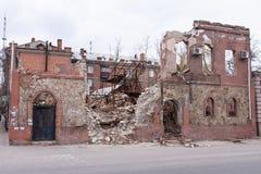 LUGANSK, UCRANIA - 25 DE MARZO DE 2016: El edificio destruido después de un ataque de mortero fotos de archivo libres de regalías