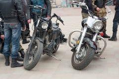 LUGANSK, UKRAINE - 25 FÉVRIER 2016 : Exposition des voitures de vintage dans la place principale, plan rapproché de phare Photo libre de droits