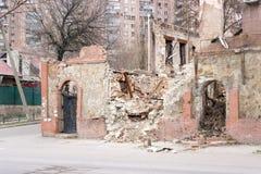 LUGANSK, UKRAINE - 25 MARS 2016 : Le bâtiment détruit après une attaque de mortier Images libres de droits