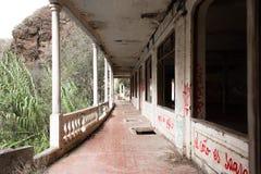 Lugar abandonado com murales coloridos imagens de stock