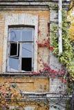 Lugar abandonado, edificio dañado viejo Imagen de archivo