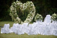 Lugar adornado para la ceremonia de boda con el arco del corazón del wh Foto de archivo