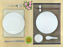 Lugar-ajustes orientais e ocidentais da tabela de jantar Fotos de Stock Royalty Free