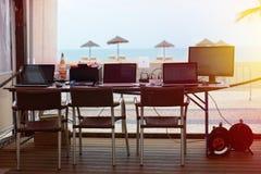 Lugar al aire libre de la oficina con los ordenadores portátiles y el monitor Foto de archivo
