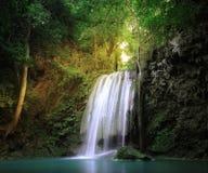Lugar asombroso de la naturaleza Haces y rayos de la luz del sol que brillan a través fotos de archivo