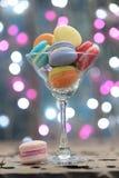 Lugar colorido de los macarrones en un vidrio del champán fotografía de archivo libre de regalías
