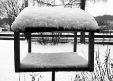 Lugar comendo para pássaros sob a neve no inverno imagem de stock royalty free