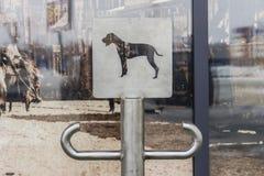 Lugar con la muestra para los perros que esperan al dueño cerca de las compras Foto de archivo libre de regalías