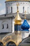 Lugar cristão famoso: Abóbadas douradas de Pochaiv Lavra em um dia claro, região de Tenopil Fotos de Stock Royalty Free