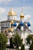 Lugar cristão famoso: Abóbadas douradas de Pochaiv Lavra em um dia claro, região de Tenopil Imagens de Stock Royalty Free