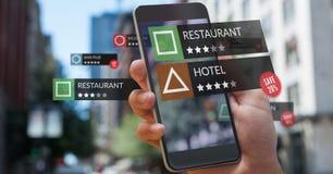 Lugar da revisão do App na realidade aumentada com cidade imagem de stock