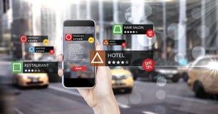 Lugar da revisão do App na realidade aumentada com rua da cidade fotos de stock royalty free