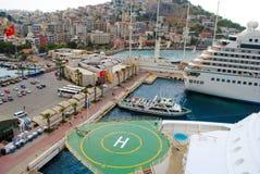 Lugar de aterrizaje del helipuerto aka para los helicópteros en un barco de cruceros Imagen de archivo